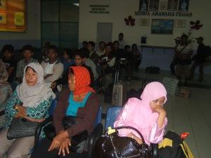 """Malaysia TKW asal Indonesia memakai kerudung """"dadakan"""" , mereka ditempatkan menunggu penjemputan sesaat sebelum pemeriksaan imigrasi. terkadang miris melihatnya"""