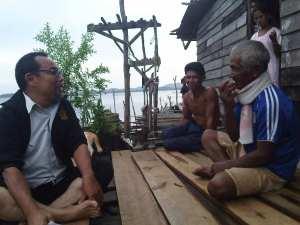 pak jantan di tanjung gundap........ sedikit orang tua suku laut generasi yang masih tinggal di sampan..........