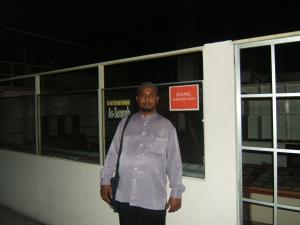 M Nur, di depan toko buku unit usaha Hang FM yang kosong