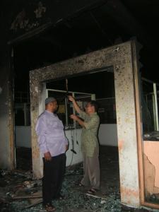 Puing-puing bekas kebakaran, di studio Hang FM