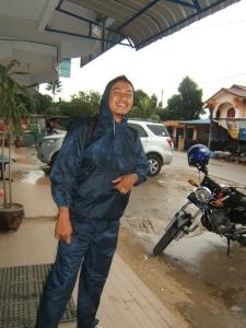 Tak jadi masaalah hujan belum redah, kan ada jas hujan kat Yusuf sambil tertawa.