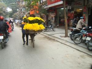 Penjual bunga segar di jalanan kota Hanoi Vietnam