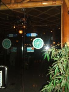 Bentuk Logo halal dari LP POM MUI dipasang depan pintu salah satu resto di Batam