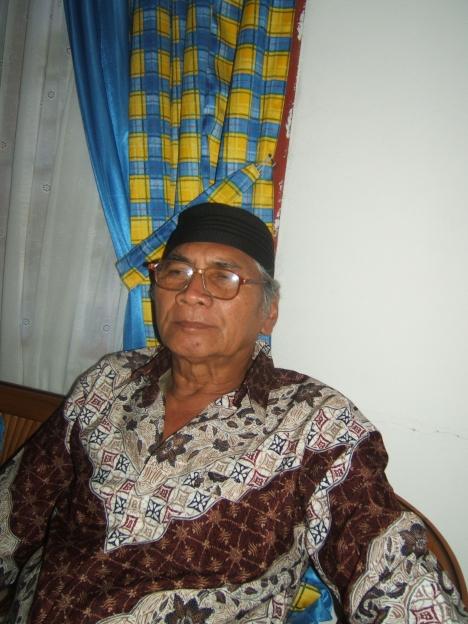 Sumadi Amat Karyo, pria 67 tahun ini lahir di Suriname, hampir 35 tahun di Batam bekerja di beberpa perusahaan yang paling lama di PT Nato Putra Wira, sebagai enginer, dihari tuanya dia didera sakit asam urat yang menahun, kini tinggal di Tiban kampung di rumah sewa seadanya. Kami masih sering bertemu, pria tinggi besar ini mempunyai 4 orang anak yang semua sudah menikah, orang lama yang sering menjadi kontraktor di tahun 70 an akan kenal dia, gesit menghitung tender dari Otorita.