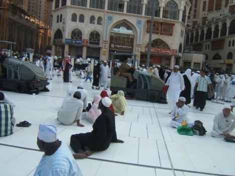 Hajja, hajja, hajji, hajji, begitulah teriakan para petugas pembersihan meminta para jamaah yang masih duduk-duduk di lantai yang akan dibersihkan, tak mau bangkit siap-siap disiraam air detergen pembersih lantai.