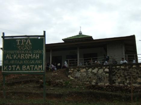 salah satu masjid di Pulau Air Raja, mihrab masjid ini tak sesuai dengan arah kiblat, sama seperti masjid Kauman Jogjakarta.