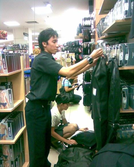 Taufiq pemuda asal Sangkapora Bawean penjaga kounter Pakaian jadi di Matahari Departemen Store