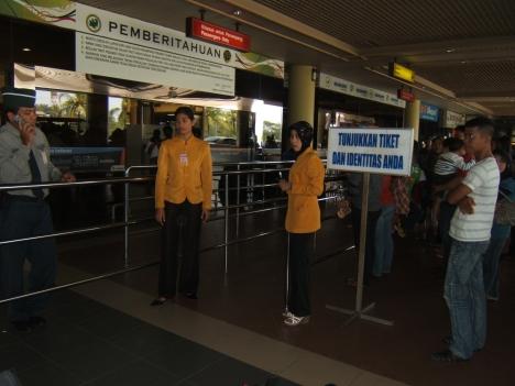 petugas berseragam kuning ini tugas nya memeriksa karcis penumpang yang akan chek in....padahal kalau kita membeli tiket on line hanya di beri kode booking saja.....