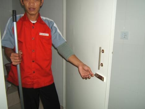 slot kunci pintu kamar mandi Bandara yang copot dan seorang petugas cleaning service