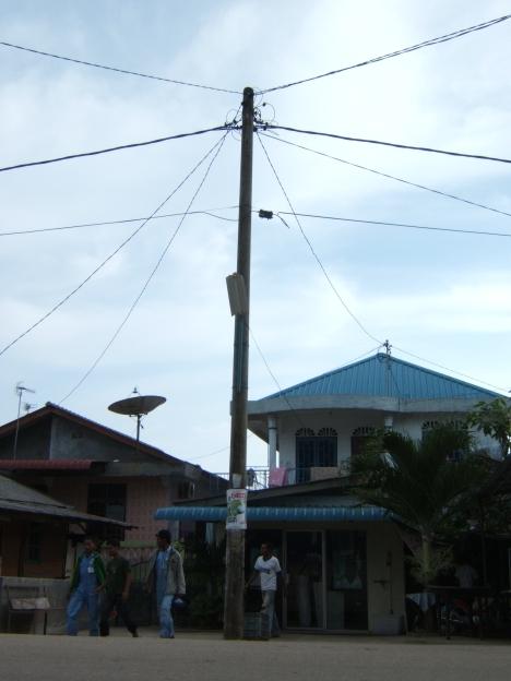 terminal terminal tv berlangganan ini bergelantungan di tiang tiang listrik PT PLN Batam.
