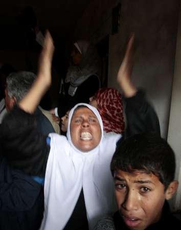 jeritan ibu dan anak hanya bisa mengutuk dan berdoa di jalur Gaza Palestina