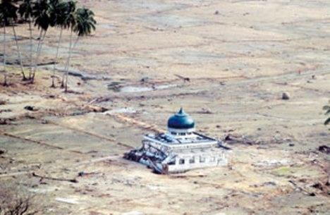 Masjid di Aceh saat Tsunami utuh , sementara bangunan di sekliling nya rata dengan tanah.