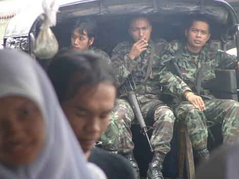 Tentara Thailand terus berjaga-jaga di sepanjang jalan di 5 provinsi, sekatan jalan di setiap persimpangan hingga kini masih terlihat,  ratusan jumlah nya, poto ini diambil pada saat bulan Ramadhan 1422 H yang lalu,