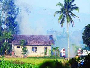 Rumah sederhana di tengah ladang, hancur berantakan, ternyata bukan Noordin M Top yang berada di dalam nya.