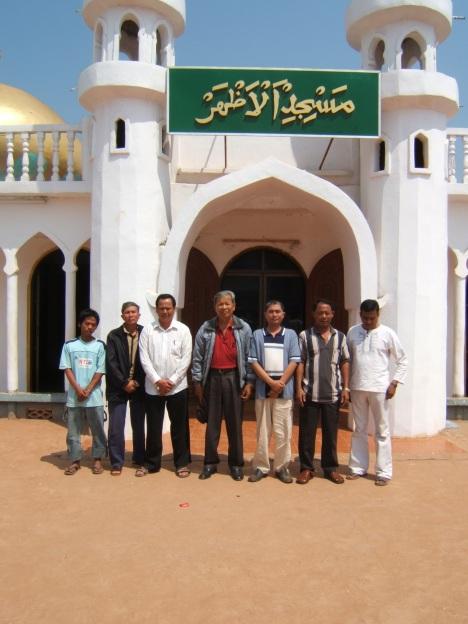 Masjid Dubai Kamboja bersama Imam Masjid Toun Akhmad Hasan berbaju merah