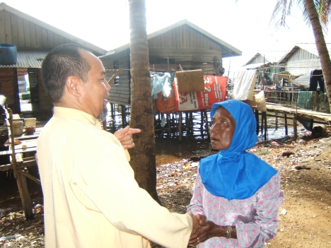 Mak Dayang Suku laut yang telah hampir 20 tahun bermukim di darat, hampir tak terjamah dakwah, sedikit dari mereka yang masih bertahan dalam Islam.