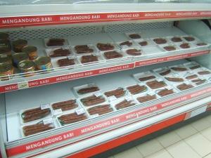 rak penjualan makanan mengandung babi , hanya bersebelahan saja