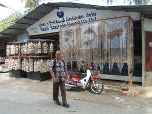 Pantai Rawai Phuket Thailand, suku laut yang dulu awal bermukim disitu kini terpinggirkan, di pinggir pantai itu berdiri ratusan gerai menjual souvenir , dimaksudkan untuk mereka tetapi tak satu pun dari gerai itu milik mereka