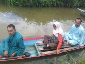 Teteh Lilis di perahu yang terkadang hanya untuk kapasitas satu orang kami naiki berlima, ya harus pandai pandai menjaga keseimbangan