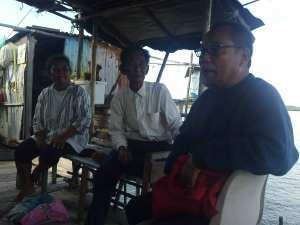 pak Panjang (tengah) orang paling tua dari suku laut di Pulau Boyan Batam Indonesia