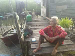 "mak Rohana orang suku laut dari Teluk Paku kelurahan Pulau Buluh Batam Indonesia, ""agak nya apa yang sedang dipikirkan nya ya..?""..."