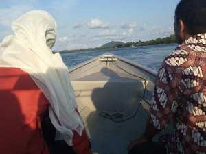 Kalau naik speadboat yang ini Teteh harus berpegangan sekuat kuat nya , kalau tidak bisa bisa Teteh terbang kayak parasliding.....