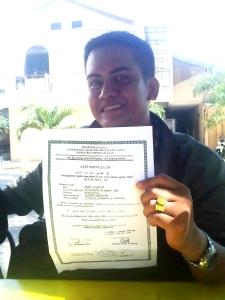 Andre menunjukkan sertifikat akta masuk Islam nya
