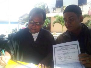 Andre menunjukkan sertifikat dari Kantor Urusan Agama Kecamatan Jati Agung Kabupaten Lampung Selatan