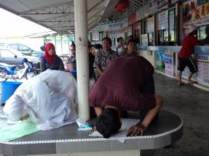 shalat di bangku terminal Miri Sarawak. Karena tidak ada fasilytas mushalla di situ
