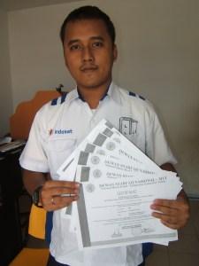 Agung marketing Indosat Batammemperlihatkan sertifikat layanan jasa telekomunikasi produk indosat Syariah  (Islam)