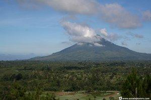 Gunung Sinabung Kabanjahe Sumatera Utara, Desa Guruh Kinayan sebelah kiri mulai pendakian dan Desa Lau Kawar tempat Finis kaki gunung sebelah kanan.
