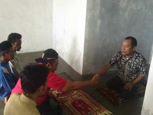 "Jamaah shalat Ashar pertama di mushalla ""Taman Dayang"" Selat Desa Pulau Ngenang Batam"