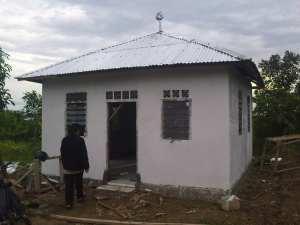 Mushalla Muhammad Pinci Tiang Wang Kang, belum begaitu selesai, tetapi sudah digunakan untuk shalat