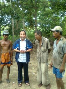 Pak Manan dengan kedua putranya yang masih bertahan hidup di kampung itu