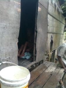 isteri pak Manan berusaha keluar menampak kan diri tetapi kaki nya tak dapat di gerakkan nya lagi