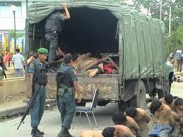 Para demonstran ditumpuk di dalam truk militer hingga 5 lapis, mengakibatkan ratusan tewas akibat mati lemas dan patah leher.