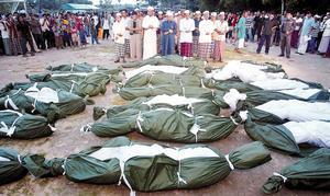 Umat Islam menshalati jenazah para demonstran yang gugur dalam tragedi Tak Bai
