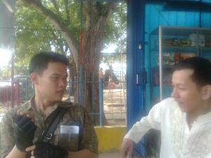 Rudi sedang berbincang dengan Dedy Azhar ketua KTMB