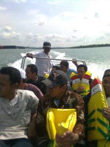 naik bot mengantar ustadz.....