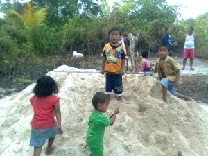 anak - anak kampung Kalok Ujung menunggu Dai datang kesana.......