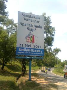 Kalau yang ini papan reklame hari kiamat tanggal 21 mei 2011 yang bertebaran terpasang di Batam