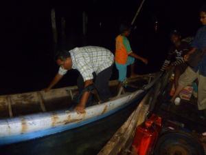 di gelap gulita itu harus berhati hati betul menjaga keseimbangan .......hem kalau tidak akibat basah kuyublah kecebur laut