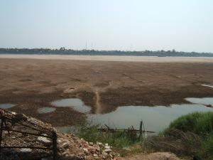 sungai ping dilihat dari vientiane (laos) mengering saat pembuatan dam raksasa di cina, dataran pasir dasar sungai menjorok sampai ke tengah hanya beberapa meter saja yang dapat dilalui kenderaan air, terlihat daratan chiang rai thailand
