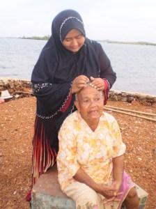 kak Suhana ni cari kutu, nak cabut uban mak Hasnah kah?, kalau nak cabut uban pun rambut dah putih semua hehehehe