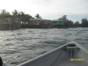 inilah pulau Semakau buatan pak Pon dan keluarganya. Tampak rumah pak Pon dan tiga rumah anaknya (dari kiri ke kanan)