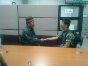 Charlei Gerwyn mengucapkan duakalimat syahadat di bimbing oleh KH Usman Akhmad Ketua Majelis Ulama Indonesia (MUI) kota Batam