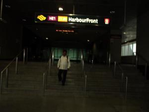 hari dah beranjak petang , tiba di NE 1 Harbour Front, mereka belum shalat Juhur dan Ashar lagi, tak ada lansung fasilitas tempat shalat disitu