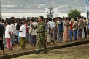 ..Abu Tahay, ketua Partai Demokratik Nasional Pembangunan, sebuah partai politik Rohingya, mengatakan umat Buddha melemparkan batu ke masjid di Muangdaw dan lima Rohingya ditembak mati setelah bertengkar dengan pasukan keamanan..