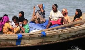 Sejumlah warga muslim Rohingya naik perahu menyeberangi sungai Naf, untuk melintasi perbatasan dari wilayah Myanmar ke Bangladesh, di kota Teknaf sebelah Selatan Bangladesh . (Reuters)