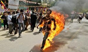 Keterangan gambar : Seorang Muslim Myanmar telah dibakar dan orang - orang disekelilingnya hanya memerhatikan saja  tanpa ada seorang pun yang bersimpati atau ingin memberikan bantuan. Gambar ini banyak beredar di Facebook. Gambar ini sebenarnya adalah poto seorang aktivis Tibet yang bernama Jhampel Yesh yang menolak kunjungan Presiden China ke India. Aktivis tersebut merupakan seorang imigran yang sedang memohon suaka politik dari pihak pemerintah India. Dia membuat aksi membakar dirinya sendiri sebagai unjuk rasa kunjungan oleh Hu Jintao (Presiden China ketika itu) ke India.